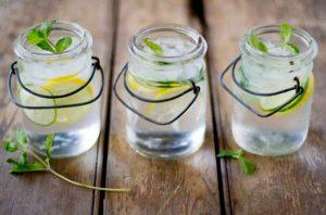 Bere acqua e dimagrire è possibile? Ricette detox rinfrescanti l'estate
