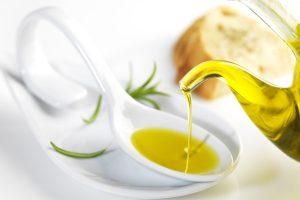 Con la sigla Olio evo si indica l'olio extravergine di oliva. Ricco di antiossidanti è il condimento principale della dieta mediterranea.