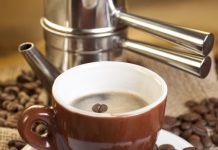 Bere caffè aiuta a prevenire la demenza? Le dosi consigliate