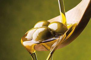 Etichettatura olio di oliva: tutto quello che c'è da sapere. Quando viene imbottigliato? Che differenza c'è tra DOP e IGP?