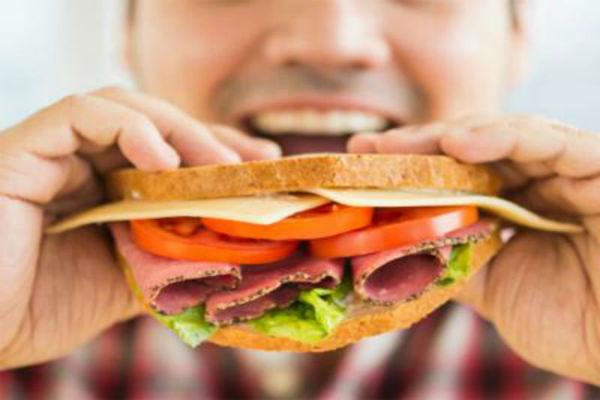 Perché mangiamo cibo spazzatura quando siamo stanchi?