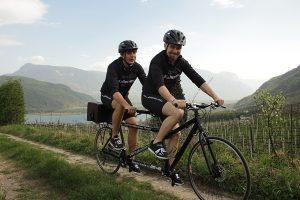Da Caldaro a Capri in sella ad un tandem, l'avventura di due responsabili enologi dell'Alto Adige, per portare il vino Kalterersee in tutta Italia