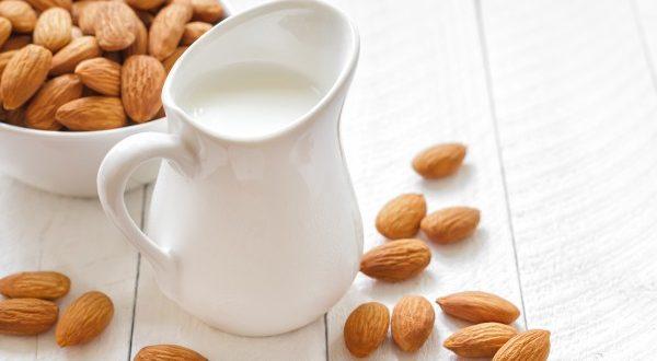 Latte di mandorla: bevanda estiva che fa bene allo stomaco e rinfresca