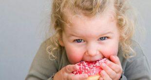 Bambini e alimentazione durante le feste, i pediatri nessun divieto